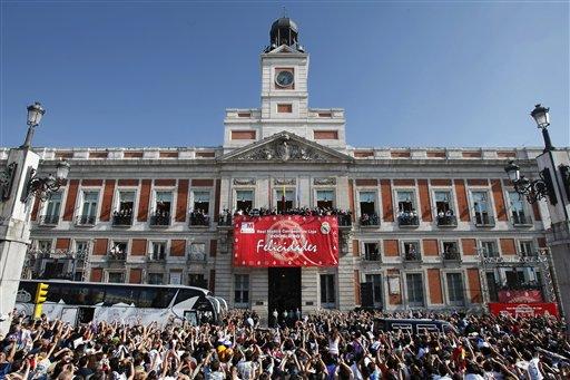 图文:皇马庆祝夺冠展示西甲奖杯 广场人声鼎沸