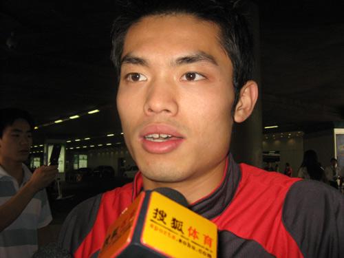 图文:苏杯羽毛球国手归国 林丹接受搜狐采访