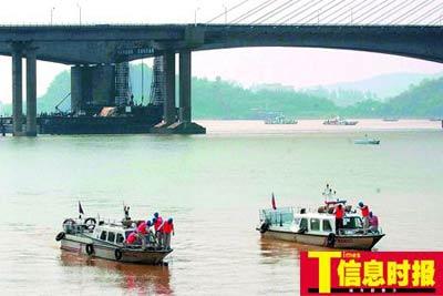 昨日上午,航道局的工作船对九江战备码头附近水域做河床清扫,为即将开通的轮渡做好前期准备工作。郑启文 陈文杰 摄