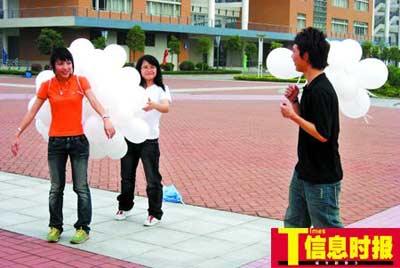 学生在拍杂志封面