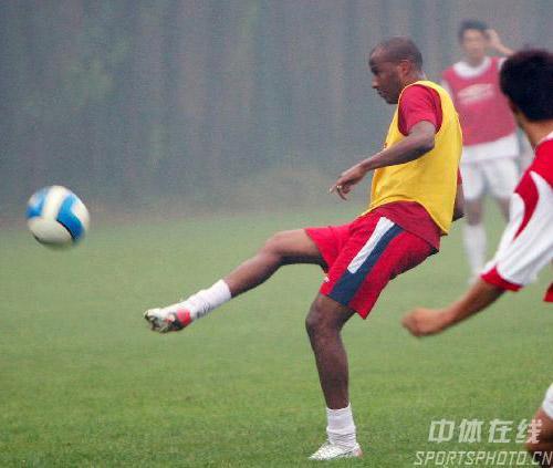 图文:[中超]河南备战中超 试训外援内利秀脚法