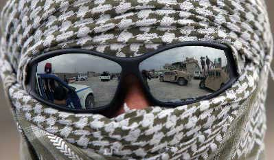 """2007年5月16日,巴格达,伊拉克民众眼中""""全副武装""""的警察。"""