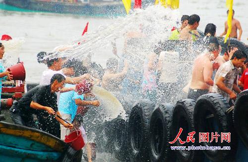 6月19日,首届闽台对渡文化节暨蚶江海上泼水节在福建泉州市石狮蚶江镇开幕