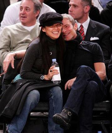 资料图:2007年1月19日,章子怡和她41岁的男友艾维·尼沃夫一起在观看NBA纽约尼克斯与新泽西网队的球赛。