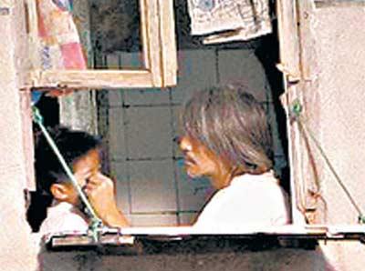 星爷耐心地教反串他儿子的女童星徐娇(左)拍戏,他更有意收她为义女。