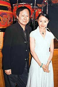 李赛凤(右)过去与夫婿表现恩爱,但前日却爆出老公申请离婚。