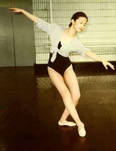少年时的刘亦菲在练习芭蕾舞。(资料图片)