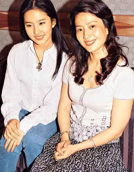 在母亲的悉心照料下,刘亦菲出落得大方美丽。(资料图片)