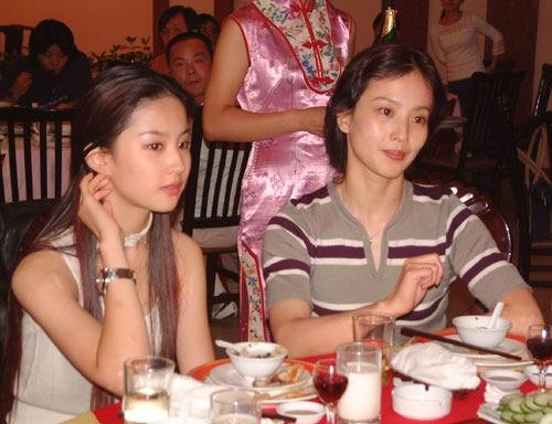 刘亦菲和妈妈非常相像。(资料图片)
