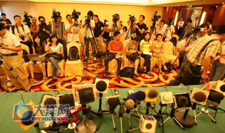 全国各地记者已经纷纷赶到发布会