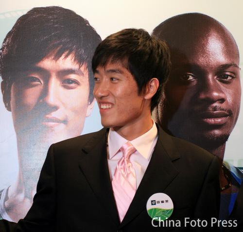 图文:刘翔出席某产品媒体见面会 笑谈近期比赛
