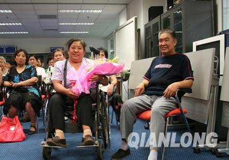 残疾夫妇来到现场共同倡导自律出行避高峰