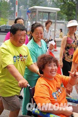 北京大爷大妈们宣传北京绿色奥运