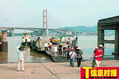记者昨日搭乘渡船体验。任传富 摄
