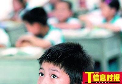 在学校照顾下,姐弟俩专心在课堂上学习。朱元斌 摄