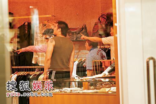 """许志安、苏永康昨日(6月20日)陪""""干妹""""绯闻女友韩红,一起到金钟逛街购物"""