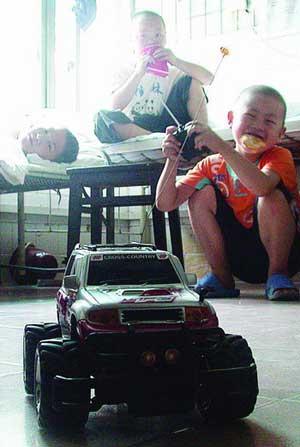 7岁的龙龙(右)患有绝症,可他却是病友们的开心果图/记者黎金龙