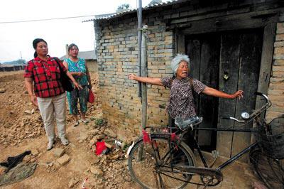 2007年6月17日,在山西运城的临猗县,一帮失踪初中的家人到孩子寻找临摹砖窑画图片