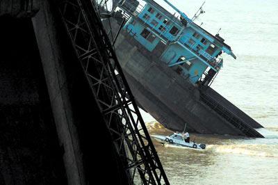 6月20日,九江大桥船撞桥梁事故技术鉴定组在广州公布该次事故的鉴定结果,评审认为九江大桥桥体无质量问题。孙海/图
