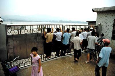 断桥成了景观,引人关注 孙海/图
