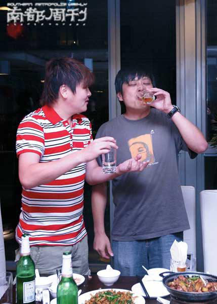 原来,在孙楠喜得贵子的第二天,跑去为好友郭涛儿子过百天,怪不得心情如此之好