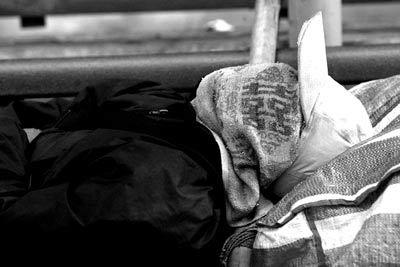 2003年SARS期间,香港流浪汉蒙着面罩睡在马路边 谢至德/图