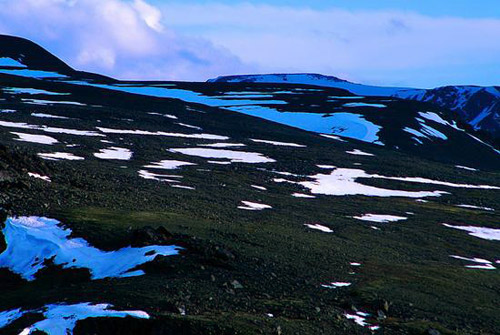 2007年6月20日,新疆阿勒泰吉木乃县,常年积雪不化的木斯岛冰山因当地连续数日气温高达30度以上,导致冰山积雪大范围融化,目前已所剩无几。