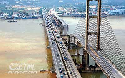 图:空中俯瞰断桥缺口触目惊心。