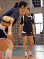 图文:女排备战总统杯 冯坤在观看队友训练