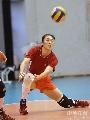 图文:女排备战总统杯 刘亚男在进行训练救球