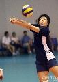 图文:女排备战总统杯 张娴在训练中救球