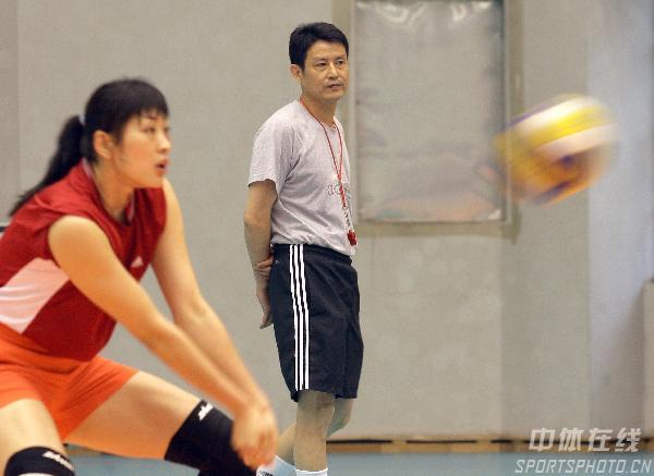 图文:女排备战总统杯 陈忠和观察训练中的队员