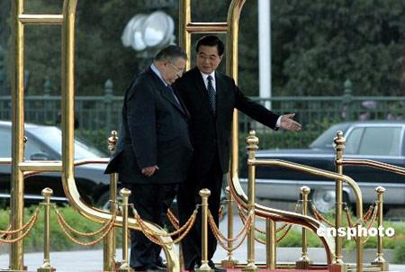 六月二十一日,中国国家主席胡锦涛在北京人民大会堂东门外广场举行仪式,欢迎伊拉克总统塔拉巴尼访华。中新社发 盛佳鹏 摄