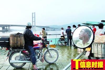 搭乘渡船过江的不少是运送肉菜的摩托车。任传富 摄