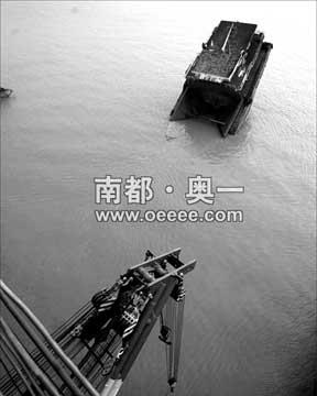 21日,打捞船停留在九江断桥处,准备打捞江中疑似车辆。随着时间的推移,法医和打捞方面的行内人士都对打捞能否成功感到担忧。