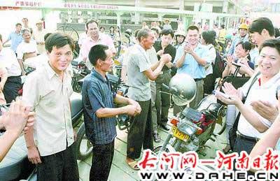 当记者陪同三位河南老乡来到九江码头时,当地群众得知是舍身拦截了8辆汽车的英雄时,码头上顿时沸腾了,大家以热烈的掌声向河南英雄致敬。   本报记者李建峰摄