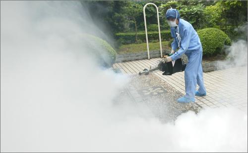 应急队员正用热烟雾器进行喷洒作业。