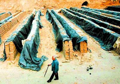 17日,山西洪洞县,黑砖窑老板王兵兵被抓,他的奶奶走在空无一人的黑砖窑里