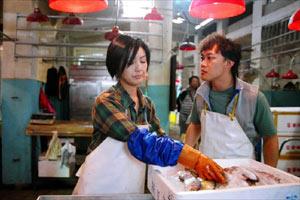 """港片《每当变幻时》中,杨千嬅(左)演""""卖鱼妹""""与陈奕迅演的""""卖鱼仔"""",诠释菜市场的小人物故事。"""