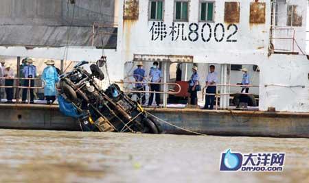 今天上午9点05分,一辆蓝色小货柜车顺利被吊出水面 广州日报摄影记者龙成通 庄小龙 陈枫 何波摄