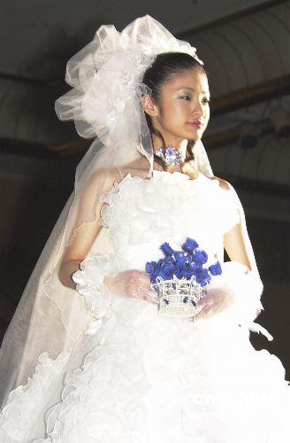 """资料图片:上户彩演绎""""蓝玫瑰""""婚纱系列。中新社发 王健 摄."""