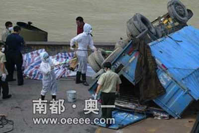 工作人员正在给货车消毒