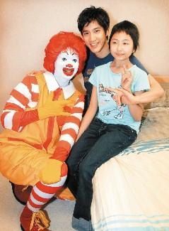"""王力宏到""""麦当劳叔叔儿童之家""""参加公益活动。"""
