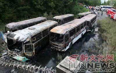 6辆客车被烧毁    本组图片  本报记者  牛研  摄滞留在现场的游客