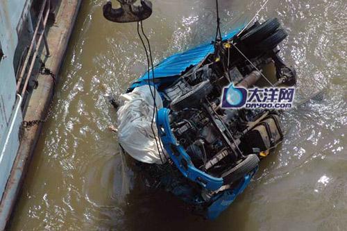 6月22日,车辆被打捞出水。