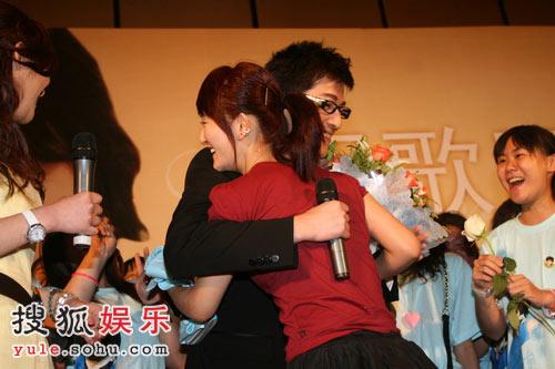 胡歌激动地拥抱谢娜