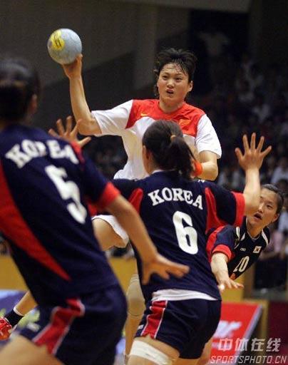 图文:手球精英赛中国25比26韩国 李薇薇在传球