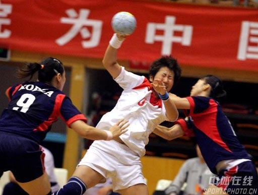 图文:手球精英赛中国25比26韩国 莎莎射门受阻