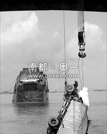 蓝色小货车被打捞船缓缓吊出水面,车轮首先出水。新华社发