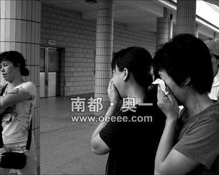 看过尸体后吴秀梅家属在南海殡仪馆痛哭流涕。